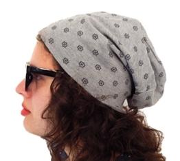 Long Beanie von Ella Jonte grau mit kleinem Muster im all over Print - die hippe Trendsettermütze im Oversize-Look - kombiniert perfekt Style und Komfort -