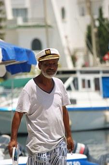 Seemann mit Kapitänsmütze